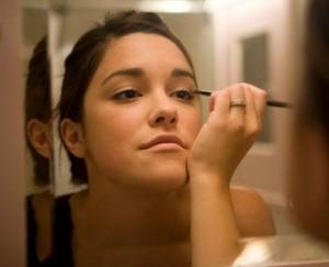 girl putting makeup on